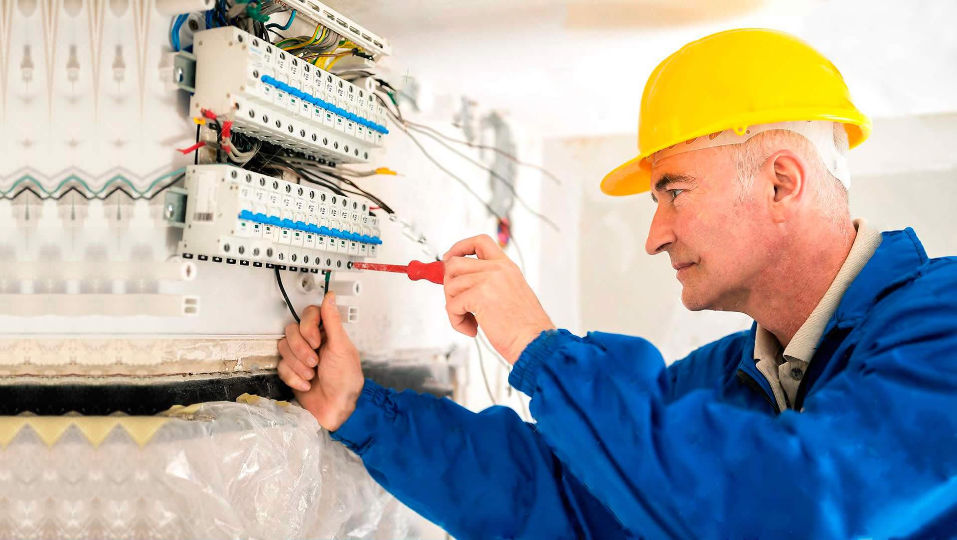 Imagem com um eletricista da RA Elétrica fazendo reparos elétricos