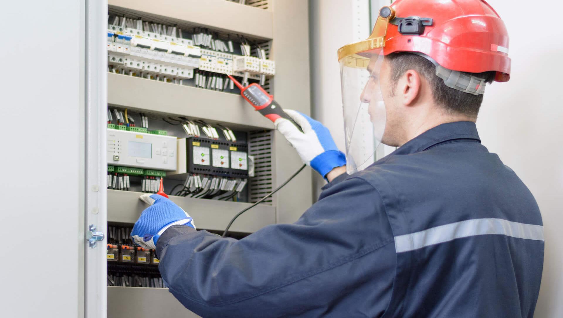 imagem com um eletricista da RA Elétrica fazendo manutenção elétrica em Campinas