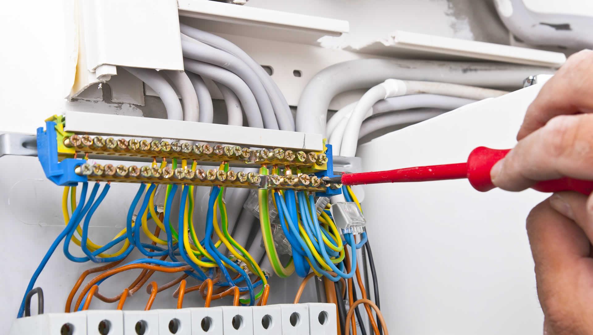 imagem com um eletricista da RA Elétrica fazendo instalação elétrica em Campinas