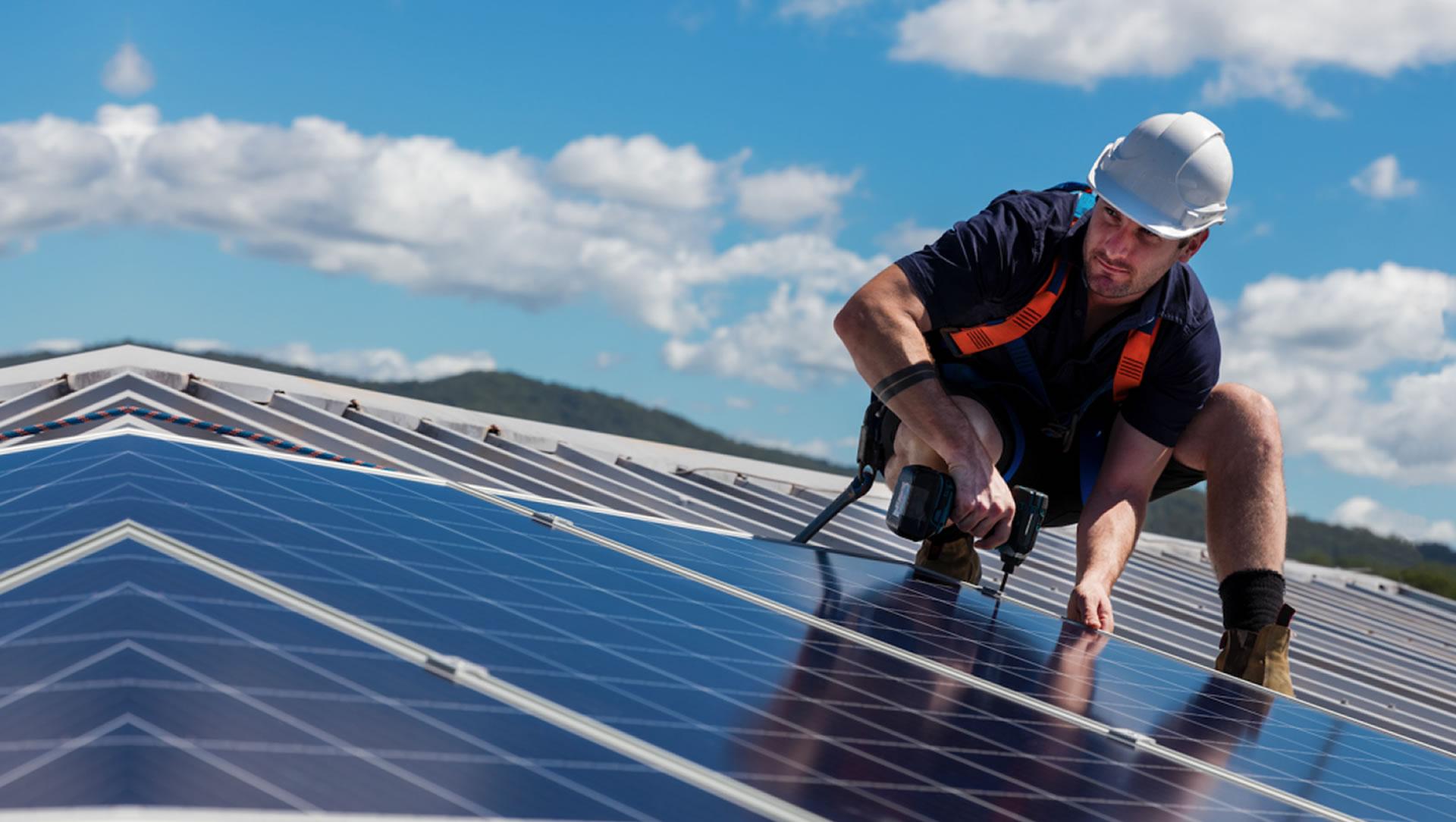 Imagem com um engenheiro elétrico da RA Elétrica fazendo instalação de paineis fotovoltaicos